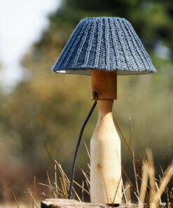 gedrechselte Birkenleuchte mit grauem Lampenschirm